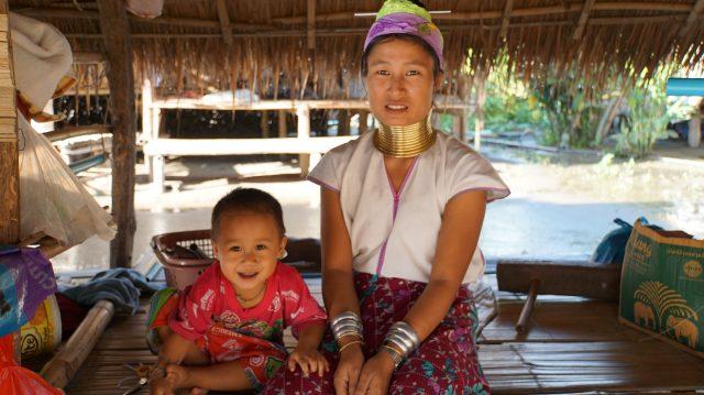 Femme Padaung et son enfant