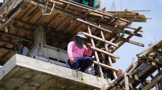 Travailleur pour la suite du temple blanc - Chiang Rai